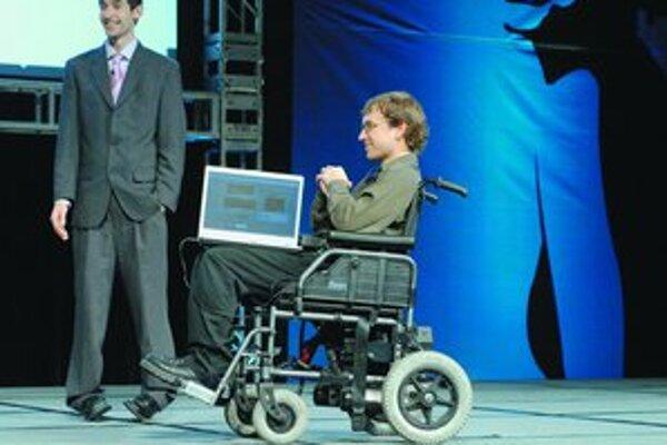 Špeciálne zariadenie Audeo umožňuje hovoriť bez použitia úst. Michael Callahan predvádza ovládanie invalidného vozíka mysľou.