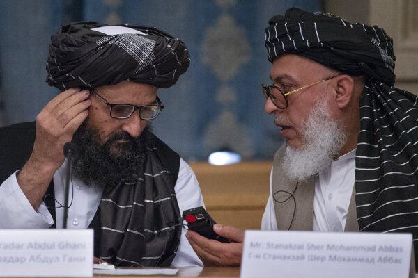 Zľava politický líder Talibanu Abdul Ghani Baradar a vyjednávač hnutia Mohammad Abbas Stanikzaj.