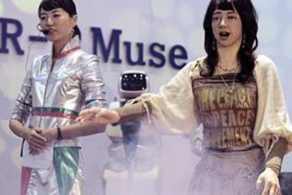 Severokórejský robot - žena EveR2-Múza (vpravo) spieva počas akcie Robo World 2006 v Soule