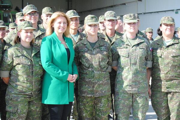 Zuzana Čaputová s vojačkami v Prešove.