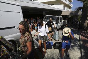 Hoteloví hostia čakajú pred hotelom po explózii vo vojenskom muničnom sklade pri cyperskom pobrežnom meste Kyrenia.