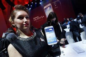 Dizajn zariadenia sa nezmenil, s päťpalcovým displejom je o niečo širší a vyšší, no Samsung zmenšil jeho hrúbku na 7,9 milimetra. Inovácie, ktorými chce Samsung získať zákazníkov, majú byť vo vnútri smartfónu.
