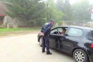 Hliadka mestskej polície ráno kontroluje dodržiavanie zákazovej značky.
