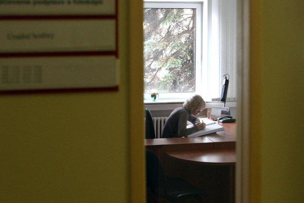 Úradníci končia v týchto dňoch pracovnú zmenu skôr len v Bojniciach.