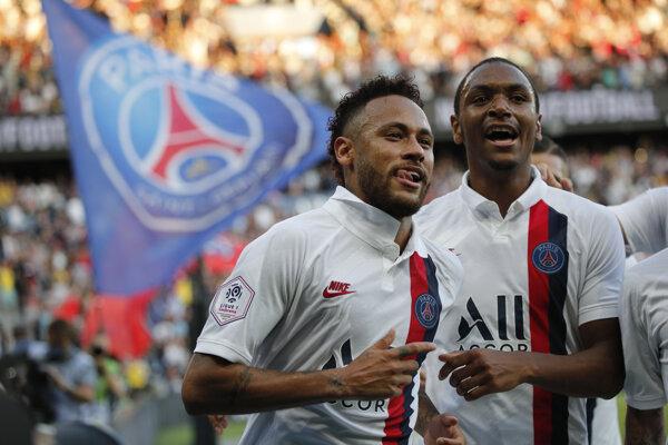 Brazílčan Neymar (vľavo) po víťaznom góle do siete Štrasburgu.