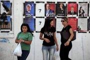 Tuniské ženy pred plagátmi kandidátov.