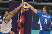 Na snímke vpravo Peter Ondrovič (Slovensko) a vľavo Petar Krsmanovič (Srbsko) v zápase B-skupiny na majstrovstvách Európy vo volejbale mužov Srbsko - Slovensko.
