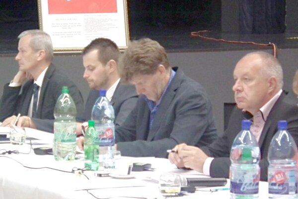 Zrušenie nariadenia sa poslancovi Kubičárovi nepozdávalo (prvý zľava).