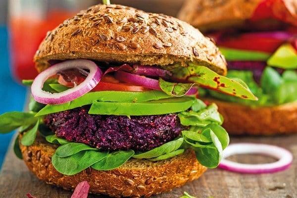 Vegetariánsky cviklový burger s avokádom