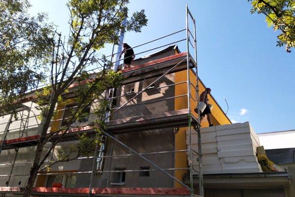 Na stavbe sa stále pracuje.