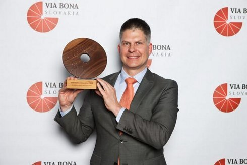 ocenenie-via-bona-slovakia-v-rukach-gene_r2852_res.jpg