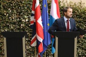 Luxemburský premiér Xavier Bettel na tlačovej konferencii skritizoval neprítomného Johnsona.