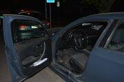 Páchateľ sa v aute zamkol.