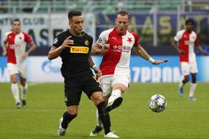 Vladmir Coufal (vpravo) a Lautaro Martinez v zápase skupiny F Ligy majstrov 2019/2020 Inter Miláno - Slavia Praha.