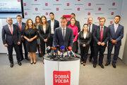 Predseda novovzniknutej politickej strany Dobrá voľba Tomáš Drucker (v popredí) počas tlačovej besedy novej politickej strany Dobrá voľba.