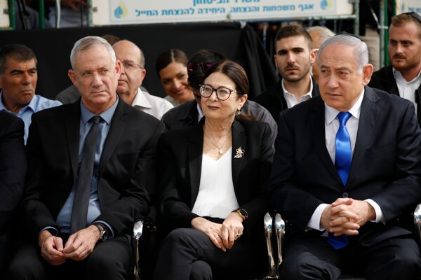 Netanjahu a Ganc sa na verejnosti spoločne objavili prvýkrát od utorkových predčasných volieb.