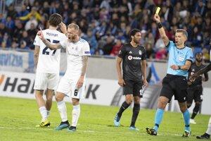 Domáci Jordi De Kamps dostáva žltú kartu.