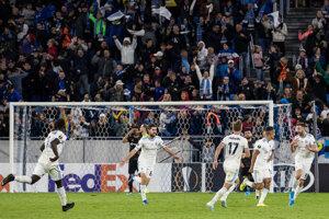 Hráči Slovana sa radujú po záverečnom góle.