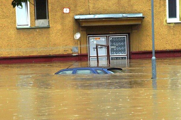 Povodeň 2010 v Prievidza: Fotka z Dlhej ulice.