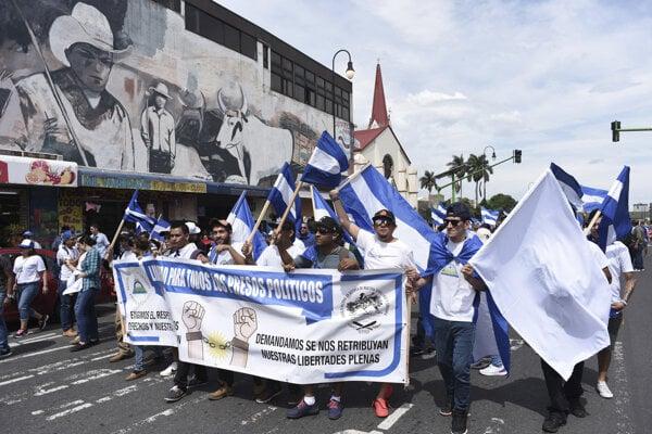 Nikaragujskí utečenci žijúci v Kostarike protestujú proti prezidentovi Ortegovi. Práve do Kostariky ušlo najviac Nikaragujčanov.