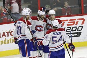 Hráči Montrealu Canadiens sa radujú z víťazstva nad Ottawou Senators.