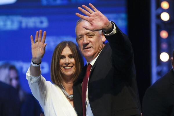 Benny Ganc so svojou manželkou Revital po víťazstve v izraelských voľbách.