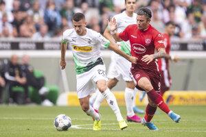 László Bénes (vľavo) v súboji s Dawidom Kownackim v zápase medzi Borussiou Mönchengladbach a Fortunou Düsseldorf.