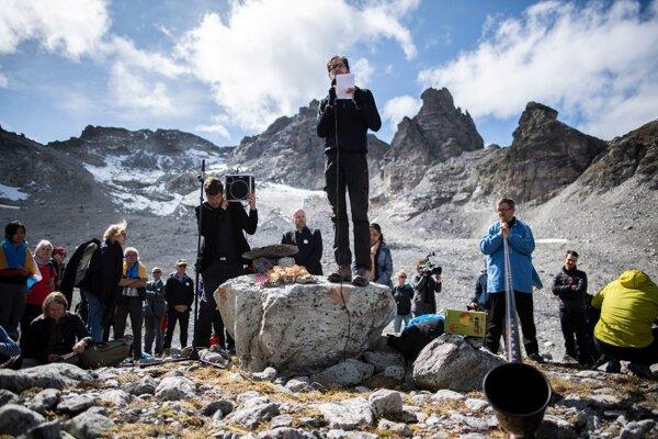 Niekoľko ľudí si vo Švajčiarsku pripomenulo takmer úplný zánik ľadovca Pizol.