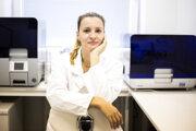 Molekulárna biologička Ľubomíra Tóthová (1984) sa zaoberá hľadaním nových markerov rôznych ochorení v slinách. Zameriava sa najmä na obličkové ochorenia a ochorenia ústnej dutiny.