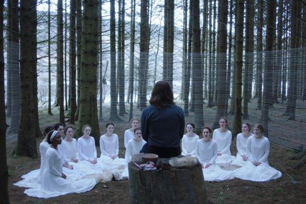 Z filmu Other Lamb.Vodca a jeho oddané ženy.