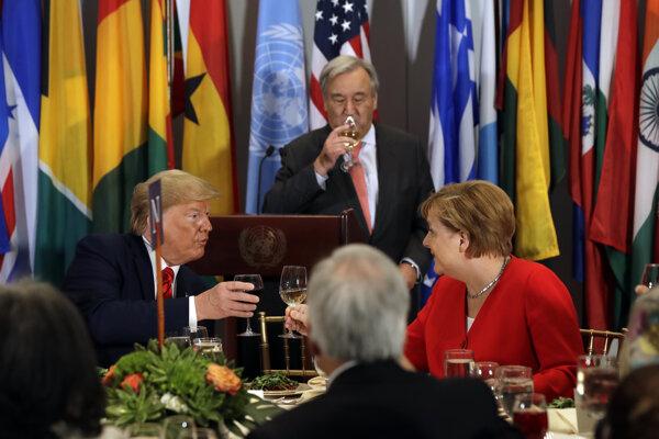 Donald Trump a Angela Merkelová si pripíjajú na obede, ktorý hostil generálny tajomník ONS Antonio Guterres.