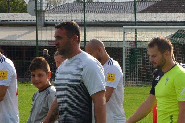 Kepke vychádza na ihrisko za asistencie svojho syna Andreasa (vpravo).