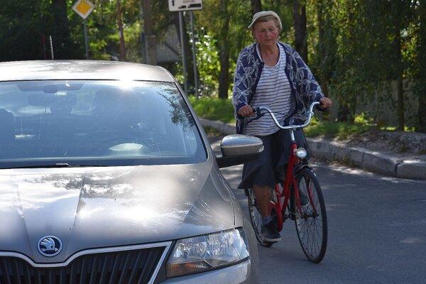 Nepríjemné skúsenosti má aj táto cyklistka. Hovorí, že už je na ceste veľmi opatrná. Dokonca aj keď auto stojí. Kurióznu nehodu riešia teraz policajti v Púchove.