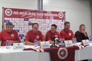 Vedenie klubu HK MŠK Indian Žiar nad Hronom počas tlačovky.