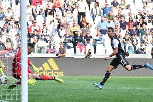Cristiano Ronaldo strieľa gól SPAL Ferrara.