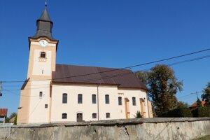 Na snímke gotický kostol z roku 1334, jedna z troch národných kultúrnych pamiatok v obci Pozdišovce.