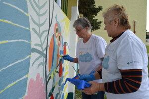 Pre členky Podvihorlatskej palety bolo maľovanie plota výzvou. Máriu Haburajovú (vpravo) a Annu Šimkuličovú práca naozaj chytila.