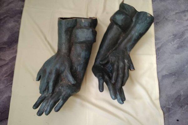 Odrezané ruky sú uložené na Obecnom úrade v Stráňavách.