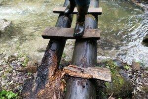 Časti drevených rebríkov v Slovenskom raji je potrebné často vymieňať.