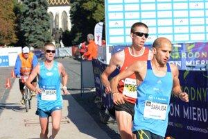 Tibor Sahajda (vpravo) a Jozef Urban (vľavo) si na trati MMM nič nedarujú.