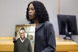 Asistentka okresného prokurátora ukazuje porote fotografiu obete.