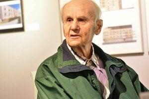 Štefan Meliš počas besedy v MG Art Galérii v Považskej Bystrici.