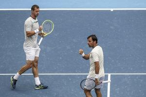 Slovensko-chorvátsky deblový pár Filip Polášek (vľavo) a Ivan Dodig počas finále mužskej štvorhry proti poľsko-brazílskemu páru Lukasz Kubot, Marcelo Melo na turnaji ATP v Pekingu.