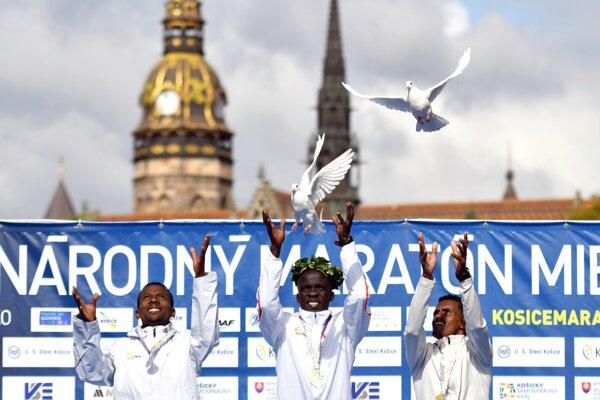 Keňan Hillary Kibiwott Kipsambu (uprostred), ktorý zvíťazil na 96. ročníku Medzinárodného maratónu mieru v Košiciach 6. októbra 2019. Je to 11-te kenské víťazstvo po sebe. Druhý skončil Shumet Akalnew Mengistu (vľavo) z Etiópie. Tretí bol Eritrejčan Tsegay Tuemay Weldlibanos.