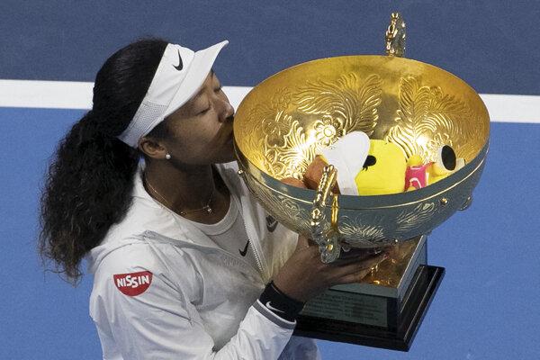 Naomi Osaková pózuje s trofejou pre víťazku turnaja WTA v Pekingu.