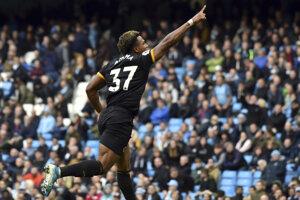 Adama Traore oslavuje gól v zápase 8. kola Premier League 2019/2020 Manchester City - Wolverhampton Wanderers.