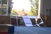 Zničené okno na gymnastickej hale.