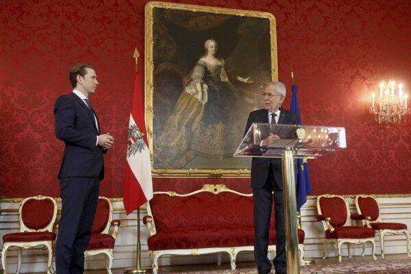 Rakúsky prezident Alexander Van der Bellen (vpravo) poveril zostavením novej vlády Sebastiana Kurza (vľavo).