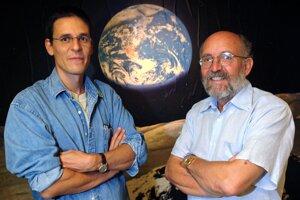 Nobelovu cenu za fyziku za rok 2018 získali v utorok 8. októbra 2019 James Peebles z Princetonskej univerzity (USA) za svoj výskum fyzikálnej kozmológie, ako aj Michael Mayor (na snímke vpravo) a Didier Queloz (vľavo) zo Ženevskej univerzity (Švajčiarsko) za objav exoplanéty obiehajúcej okolo hviezdy podobnej nášmu Slnku.