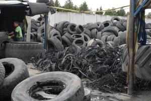 Odstraňovanie oceľových kordov zo starých pneumatík.